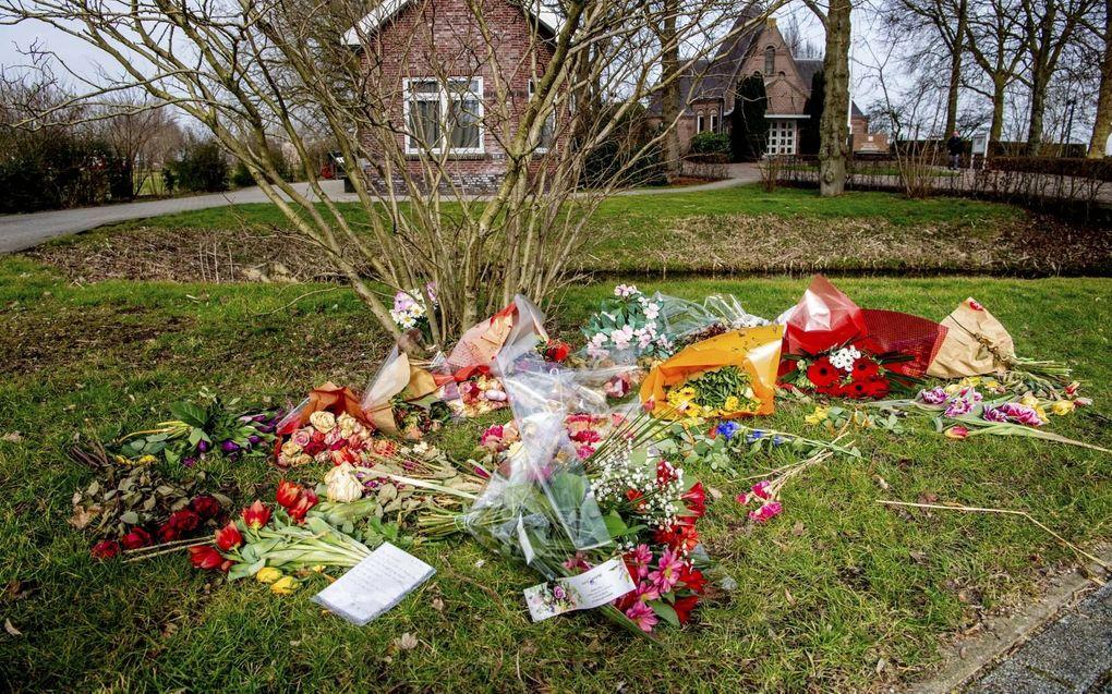 Complotdenkers, onder wie de woensdag opgepakte Wouter Raatgever, legden eerder dit jaar bloemen op begraafplaats Vredehof in Bodegraven.beeld ANP, Robin Utrecht