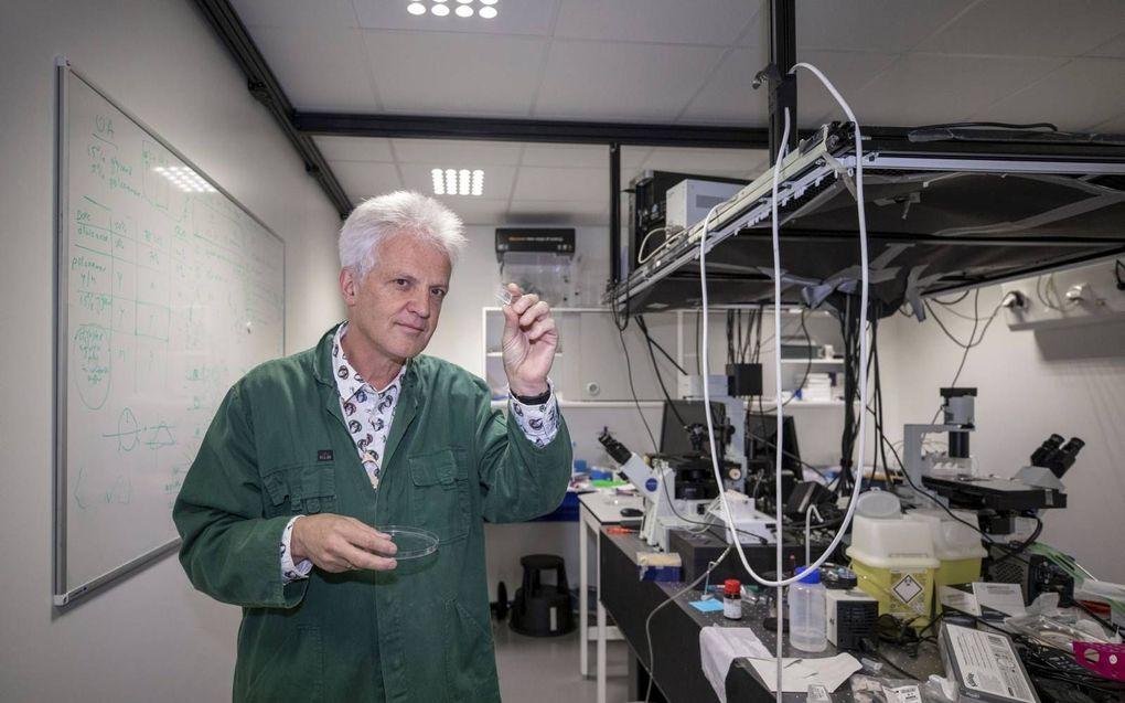 Prof. Cees Dekker in zijn laboratorium van TU Delft. beeld Roel Dijkstra