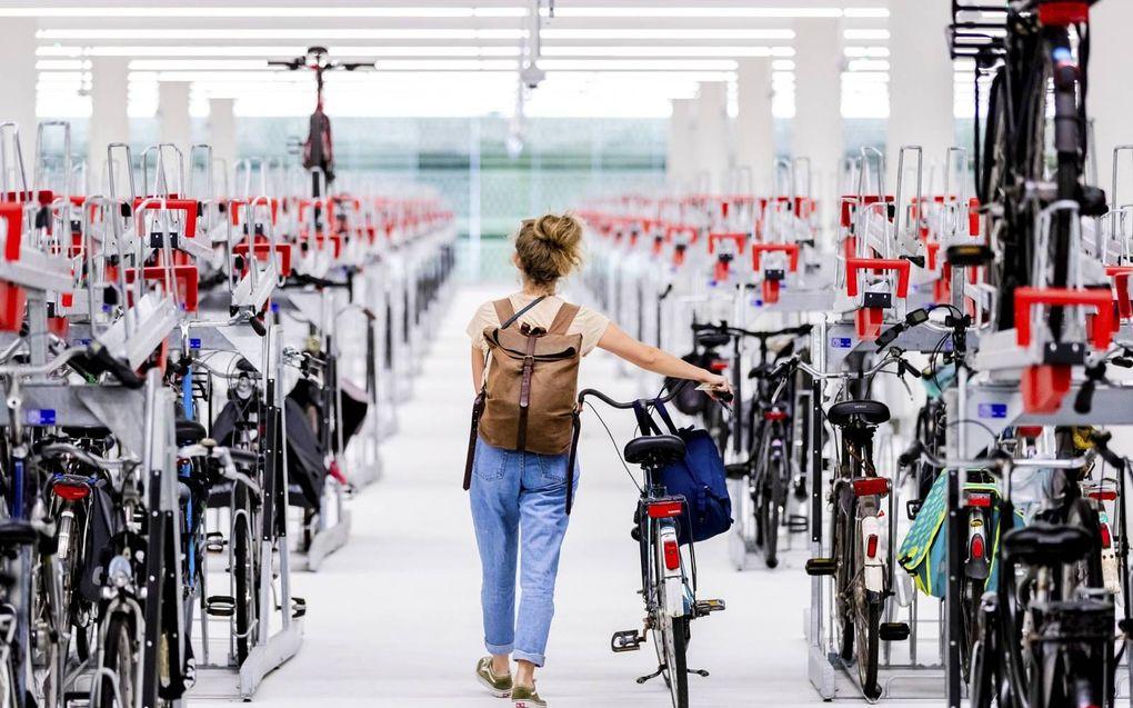 Er is een fietstrend gaande. Steeds meer steden weren auto's. En er komen steeds meer megafietsenstallingen en fietspaden in binnensteden. Op de foto de megafietsenstalling bij station Den Haag die in 2020 opende.beeld ANP, Remko de Waal