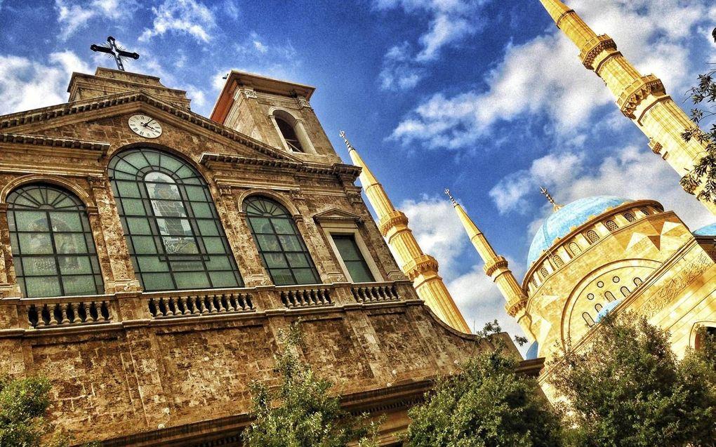 """""""Verhoef kiest consequent voor een islamitisch standpunt en beschuldigt de kerk ervan het verhaal van Jezus verdraaid te hebben."""" Foto: een kerk en een moskee in de Libanese hoofdstad Beiroet.beeld Getty Images/iStockphoto"""