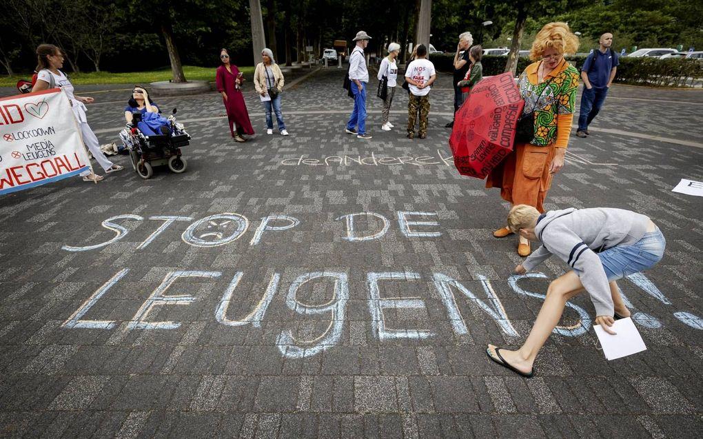 Actievoerders van Viruswaanzin vorig jaar tijdens een stilteprotest bij de NOS op het Mediapark in Hilversum.beeld ANP, Robin van Lonkhuijsen