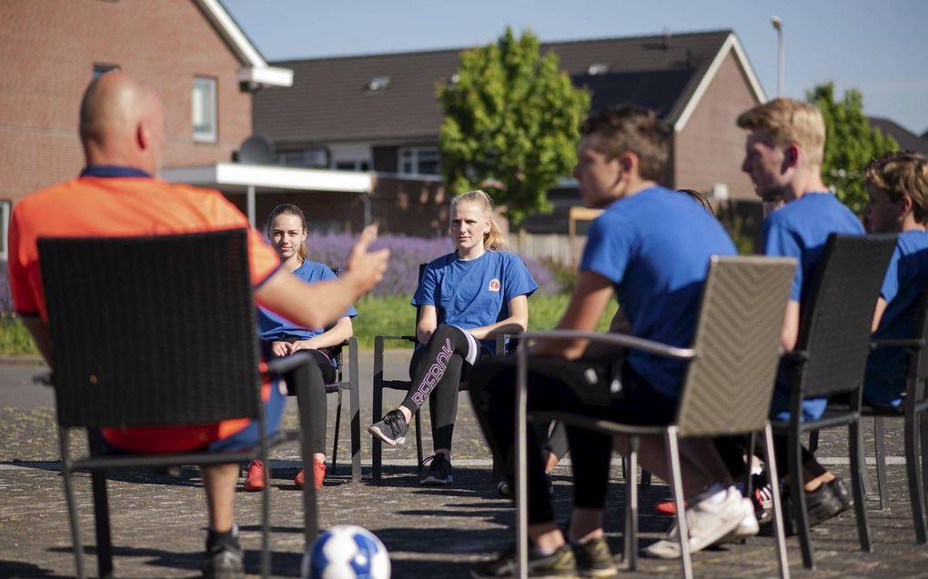 Sportdocent Dick ten Bolscher in gesprek met vmbo 3 over het EK voetbal.beeld Speechless Photography