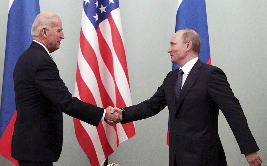 De Amerikaanse president Joe Biden en zijn Russische ambtgenoot Vladimir Poetin tijdens een ontmoeting in maart 2011. beeld EPA, Maxim Shipenko