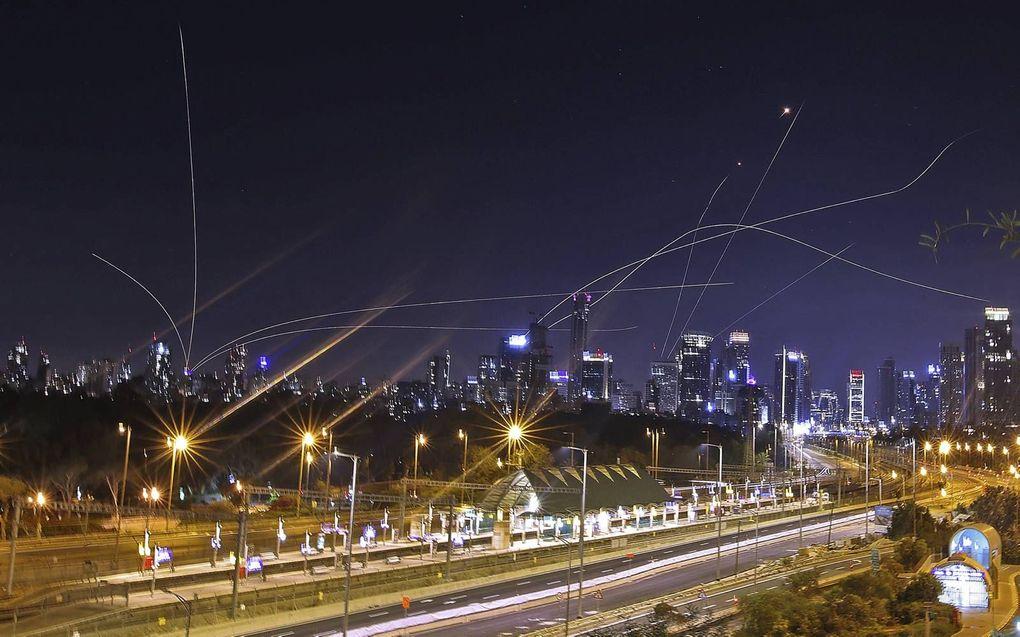 Het Israëlische antiraketsysteem Iron Dome onderschept –15 mei– raketten die vanuit de Gazastrook op de dichtbebouwde Israëlische kuststad Tel Aviv worden afgevuurd.beeld AFP, Ahmad Gharabli