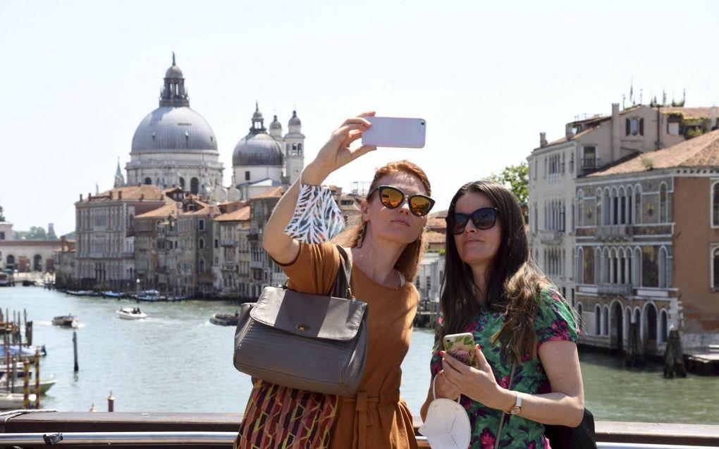 Toeristen in Venetië maken een selfie. beeld AFP, Andrea Pattaro