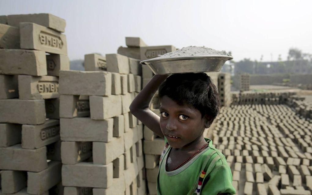 """""""Armoede is een belangrijke reden voor kinderarbeid. Verbetering van leefomstandighe-den en meer inkomen zijn daarom nodig."""" beeld EPA, Piyal Adhikary"""