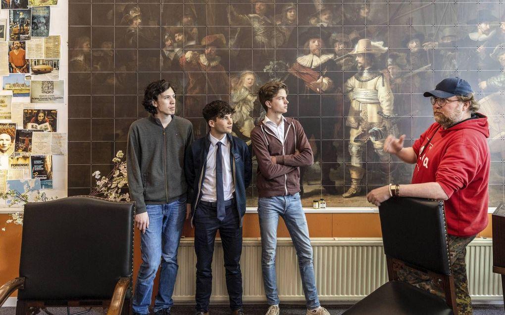 V.l.n.r. Studenten Jorijn van der Graaf, Ayden Çetin, Wilco van de Werken, en bestuursvoorzitter Harry Veenendaal.beeld RD, Henk Visscher
