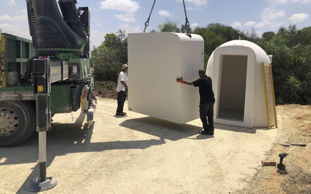 Mobiele bunkers bieden bescherming tegen aanvallen vanuit de Gazastrook.beeld Alfred Muller