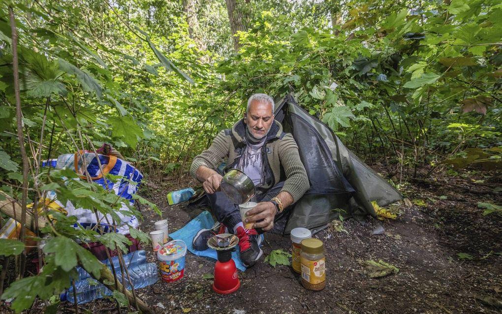 De afgewezen Libanese asielzoeker Albert Kayal bivakkeert in een tentje in Rotterdam.beeld Roel Dijkstra
