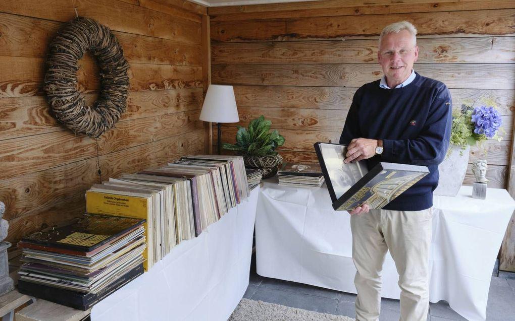 Jan Koster uit Genemuiden bij zijn lp-verzameling. beeld Sjaak Verboom