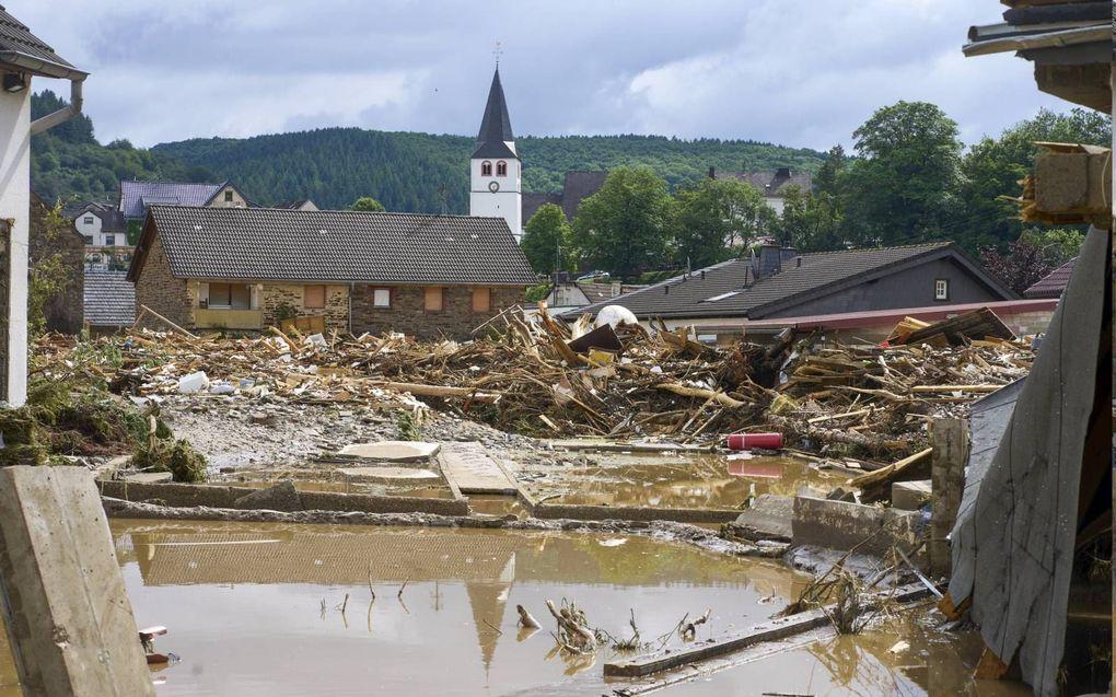 In het Duitse gehucht Schuld verwoestte de rivier Ahr ten minste zes huizen. De kerk bleef overeind staan.beeld DPA, Thomas Frey