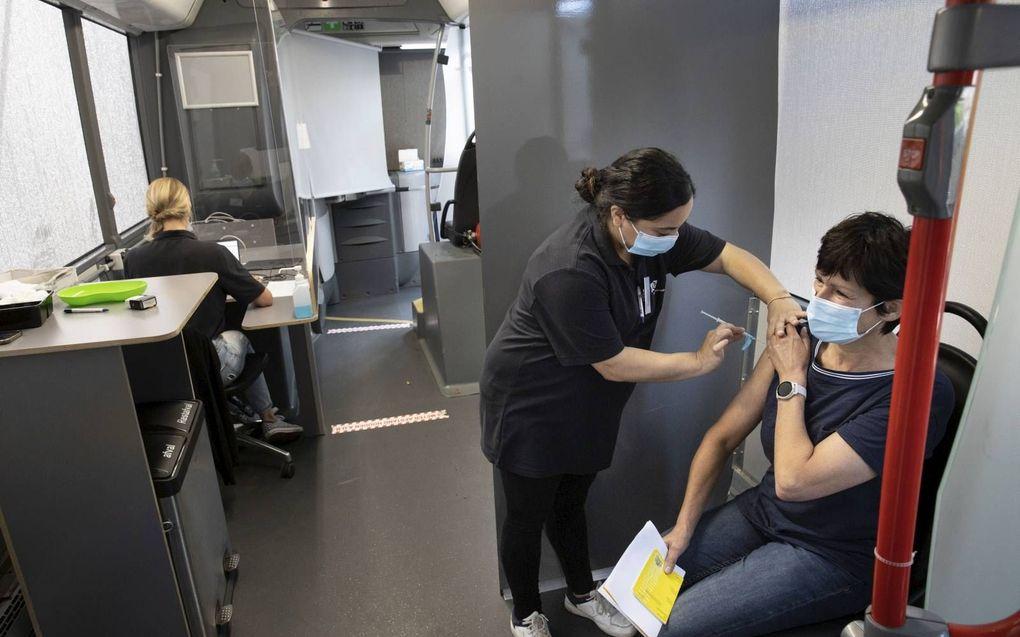Een vrouw krijgt een prik in een vaccinatiebus, dinsdag in Lunteren.beeld RD, Anton Dommerholt