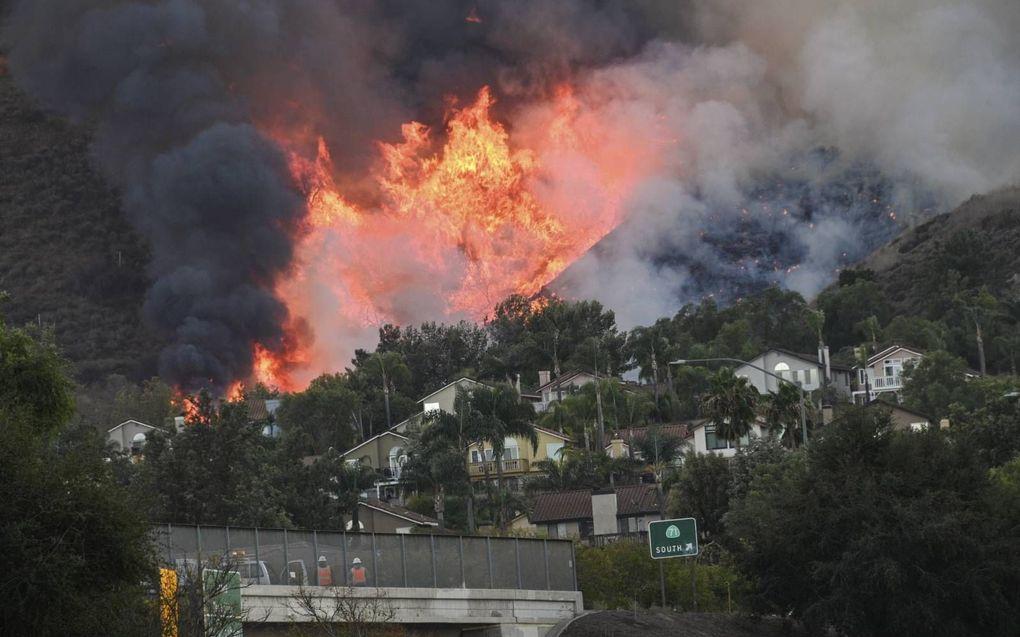 Op de vlucht voor het vuur. Volgens het rapport zal extreem weer vaker voorkomen als er niet sneller actie wordt ondernomen. beeld AFP, Robyn Beck