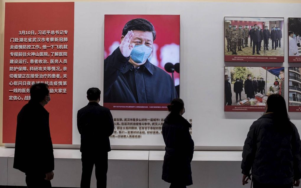 Een tentoonstelling in Wuhan laat zien hoe China het coronavirus er succesvol onder kreeg. Dankzij de eenpartijstaat, zo luidt de propaganda, maar daarop valt wel wat af te dingen.beeld AFP, Nicolas Asfouri