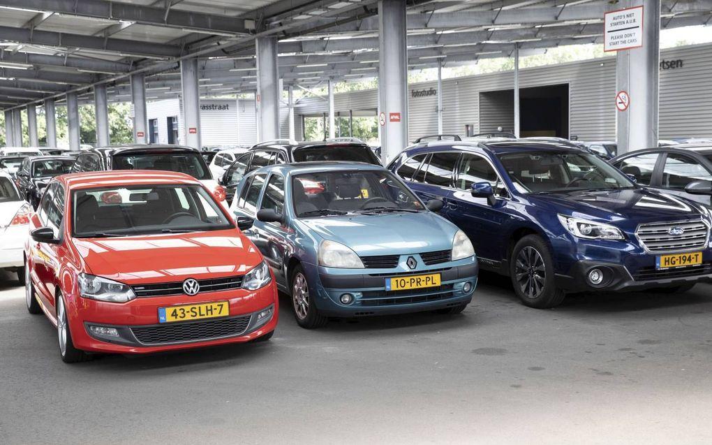 Op het terrein van BCA in Barneveld wachten duizenden auto's op een nieuwe eigenaar.beeld RD, Anton Dommerholt