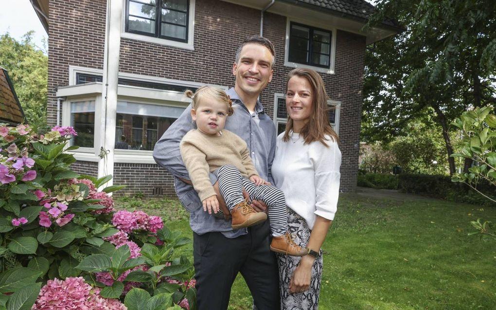 Ds. Van den Dool met zijn vrouw en dochter bij de pastorie van de hervormde gemeente te Broek op Langedijk. Ze boden twee keer onderdak aan een vluchtelingengezin, uit Iran en Egypte.beeld Martin Mooij
