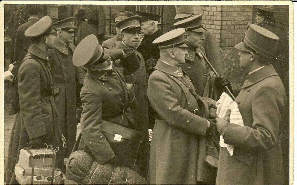 Nederlandse generaals vertrekken als krijgsgevangene naar Duitsland.beeld uit Verzwegen oorlogsjaren