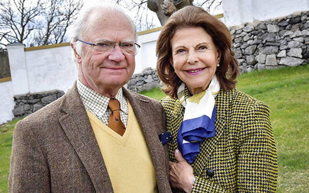 Koning Carl Gustaf vorig jaar op zijn 74e verjaardag met koningin Silvia bij het kasteel in Södermanland.beeld Jonas Ekströmer