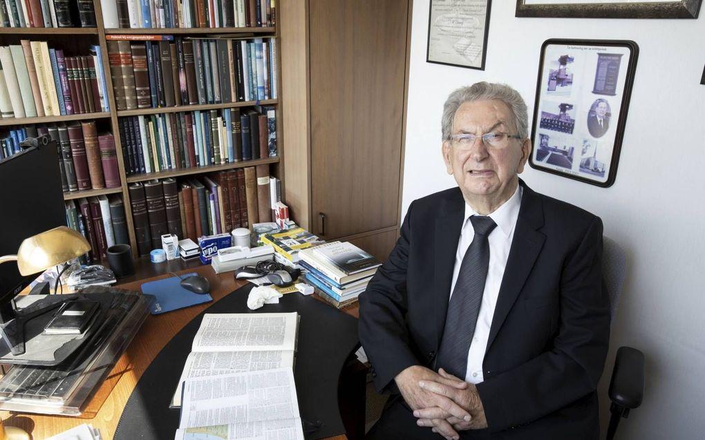 """Ds. J. W. Verweij is vijftig jaar predikant: """"Er blijft niet meer dan alleen een gedachte over.""""beeld RD, Anton Dommerholt"""