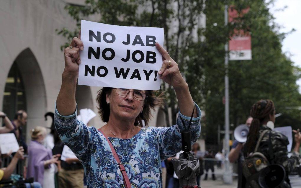 Een groep betogers protesteert bij het Prebyterian Hospital in New York tegen verplichte vaccinatie voor medewerkers in de zorg. beeld AFP, Spencer Platt