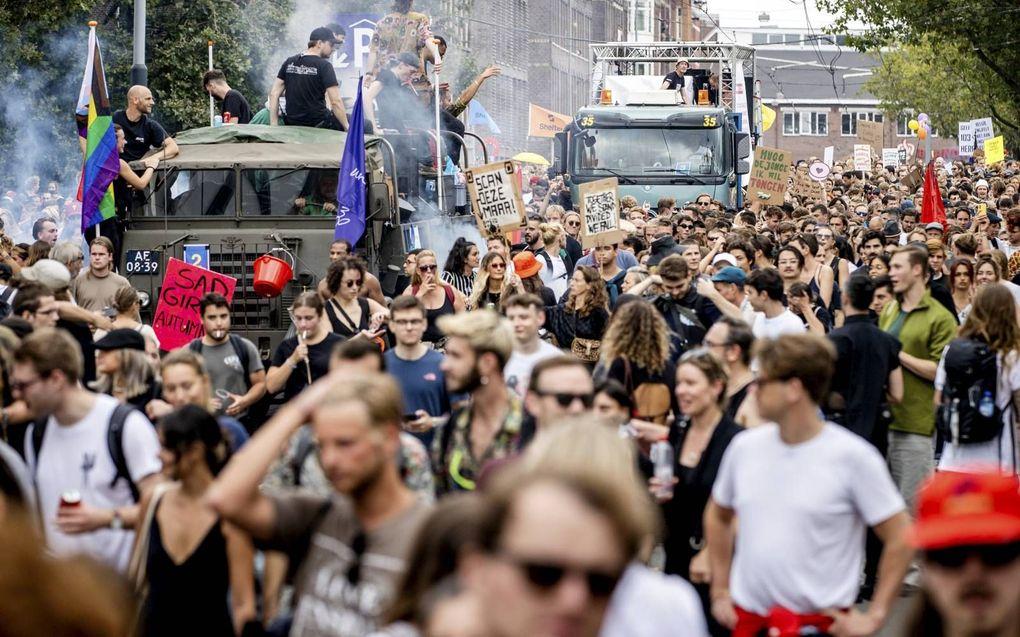 Deelnemers aan de protestmars Unmute Us tegen de coronamaatregelen op elf september in Amsterdam.beeld ANP, Sem van der Wal