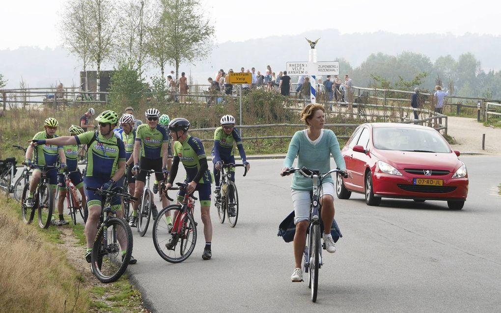 Topdrukte bij het hoogste punt op de Posbank in Rheden. Diverse verkeersstromen zitten elkaar daar dwars, met onderlinge irritaties en overlast als gevolg. beeld VidiPhoto