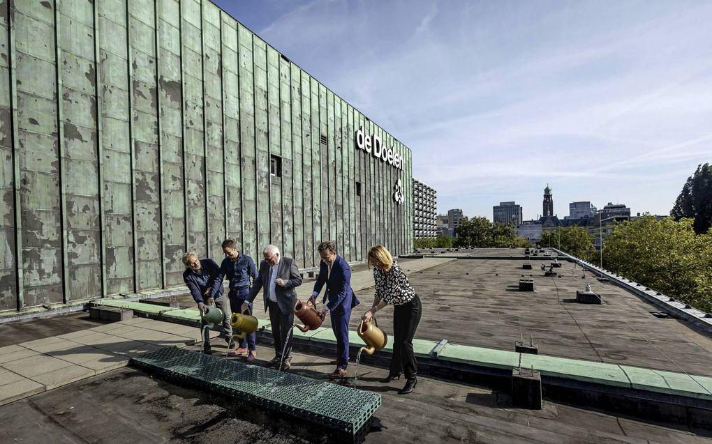 Op concert- en congresgebouw de Doelen in het centrum van Rotterdam zijn maandag kratten neergelegd voor waterberging. Later volgt er groene beplanting.beeld ANP, Robin van Lonkhuijsen