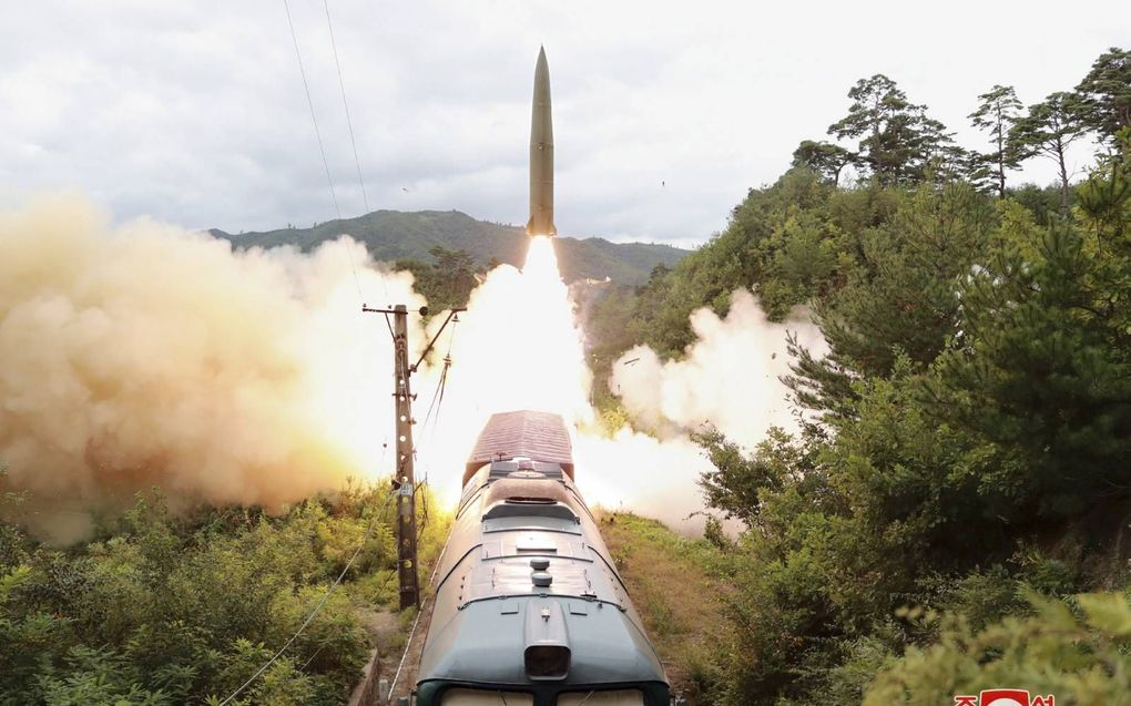 Lancering van een raket vanaf een trein in Noord-Korea, 15 september. De foto is vrijgegeven door het officiële Noord-Koreaanse persbureau KCNA.beeld EPA, KCNA