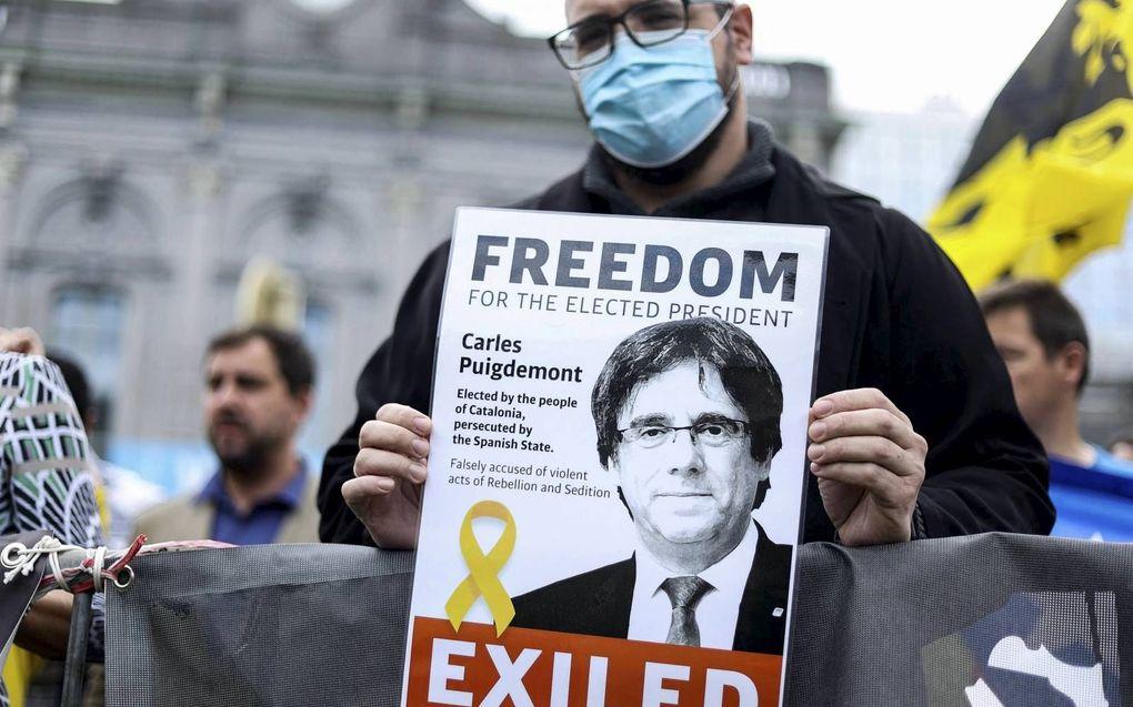 Demonstratie van aanhangers van de Catalaanse leider Carles Puigdemont vrijdag in Brussel. Ze uitten hun onvrede over diens arrestatie op Sardinië.beeld AFP, Kenzo Tribouillard