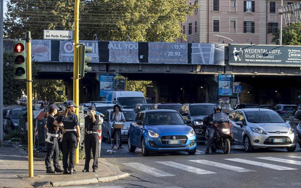 Veel Italiaanse automobilisten weten nog geen raad met fietsers op de weg, zoals hier in Rome.beeld EPA, Massimo Percos