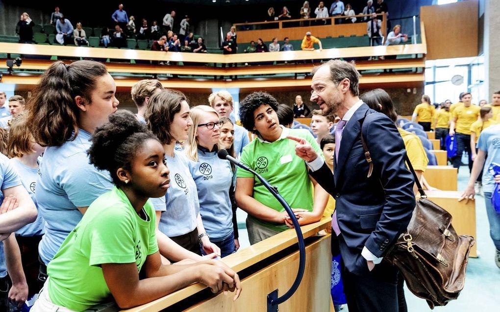 Minister Wiebes in gesprek met scholieren. beeld ANP, Robin van Lonkhuijsen
