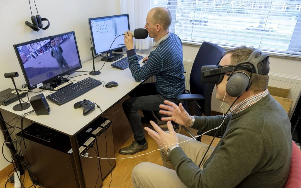 Psycholoog Maarten Vos demonstreert een behandelsessie met virtual reality.  beeld Sjaak Verboom
