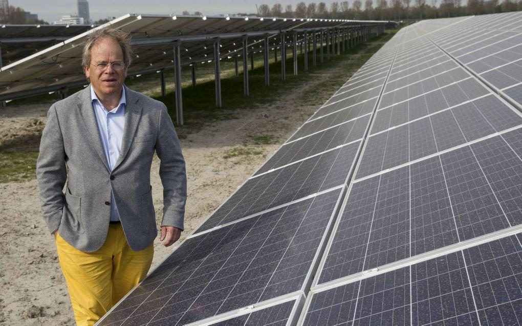 """Marc van Velzen: """"Verpachten levert meestal niet nmeer dan 2000 euro per hecatre op, zonnepanelen het dubbele of meer."""" beeld Anton Dommerholt"""