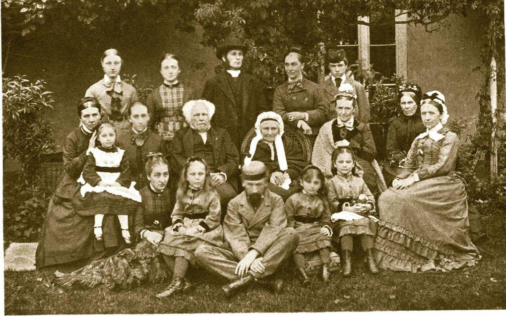 Foto van de familie Torlesse, met in het midden Harriet, de bejaarde weduwe van Charles Bridges; recht onder haar hun zoon Edward. beeld Wikipedia