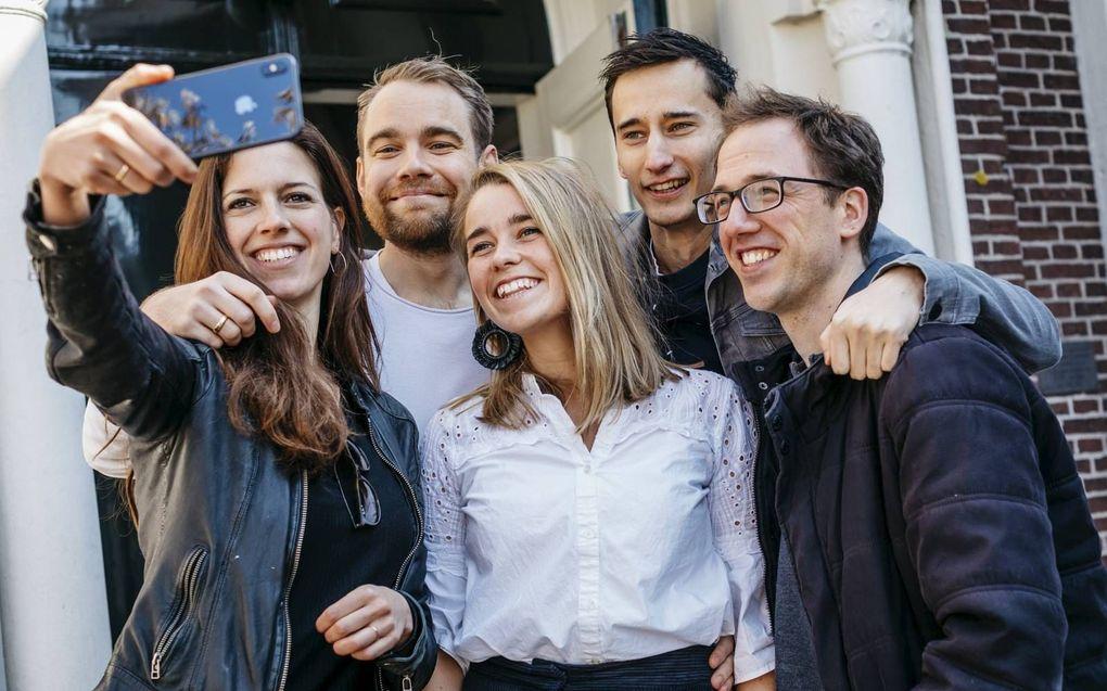 Henrik van Wienen (tweede van links), oprichter van Donkey Mobile, ontwikkelt een app voor kerken. beeld Leonard Walpot