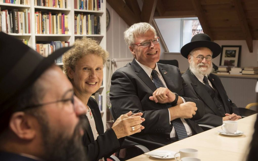Te gast in de Elburgse synagoge. Links de Oekraïense rabbijn.beeld Bram van de Biezen