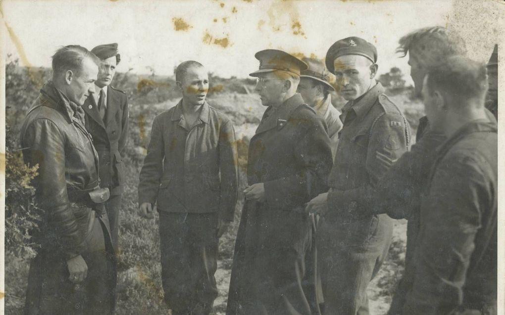 Op een heldere winterochtend eind november 1945 werd in alle vroegte op aanwijzing van Kotalla (derde van links) op de Leusderheide bij Amersfoort gegraven naar stoffelijke resten van gefusilleerde gevangenen. beeld W. Plasmeijer/Archief Eemland
