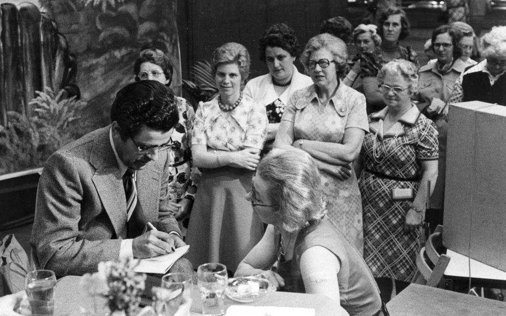 Vrouwelijke bondsdagbezoekers in de rij om vragen te stellen aan de mannelijke spreker. beeld Tjerk de Vries