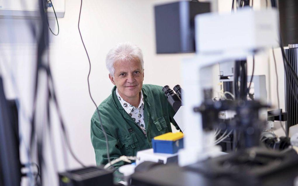 """Prof. Cees Dekker, nanobioloog aan de Technische Universiteit Delft: """"Als bacteriën hun celwand grotendeels verliezen, maakt ze dat ongrijpbaar voor antibiotica.""""beeld Roel Dijkstra Fotografie"""