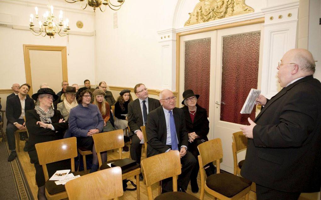 Ds. C. L. Onderdelinden (r.) sprak dinsdag in de oud gereformeerde gemeente in Den Haag de Amerikaanse ambassadeur Pete Hoekstra en zijn vrouw Diane (vooraan op de foto) toe. Ze kregen een Engelse Bijbel.beeld Gerhard van Roon