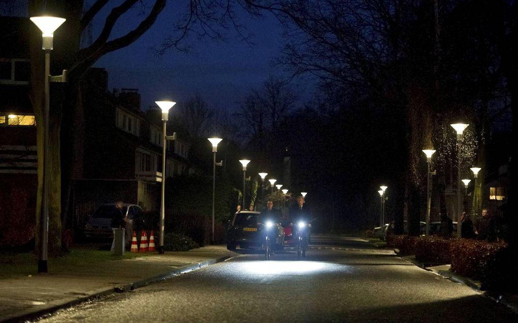 Een straat in Berkel-Enschot waar de ledstraatverlichting feller brandt als fietsers of voetgangers voorbij komen. Bij de overstap naar ledverlichting onderzoeken gemeenten meestal of de straatverlichting vaker uit kan of op sommige plekken zelfs helemaal