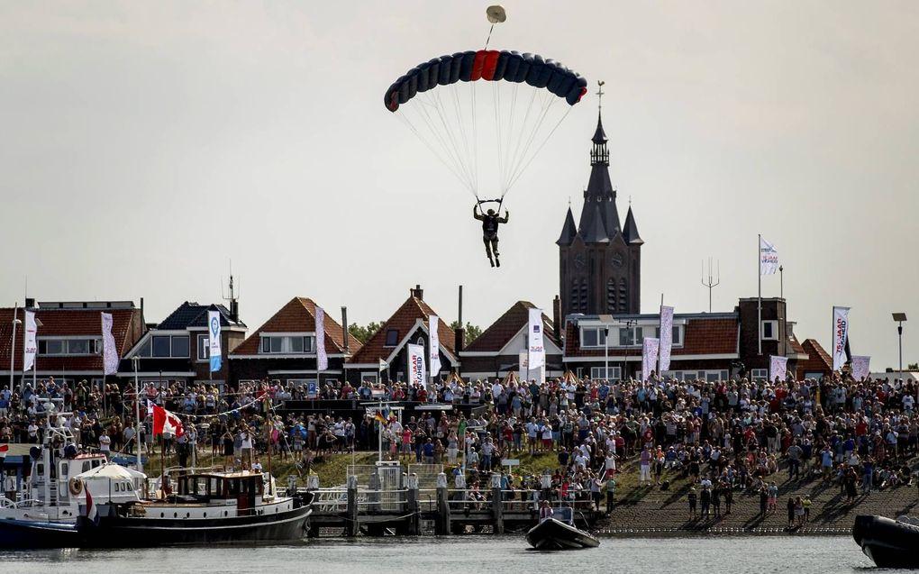 Vlootschouw op de Westerschelde met schepen uit diverse landen tijdens de viering van het begin van 75 jaar vrijheid in Nederland. Beeld ANP, Koen van Weel