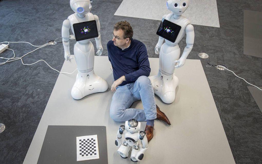 Programmeurs van het team van prof. Koen Hindriks van de Vrije Universiteit werken aan kunstmatig intelligente aansturing van sociale robots Pepper en Nao (voorgrond). beeld RD, Henk Visscher