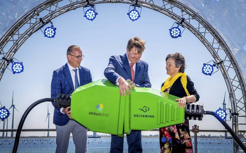 Koning Willem-Alexander opende in mei vorig jaar een windpark bij de Krammersluizen. beeld ANP, Frank van Beek