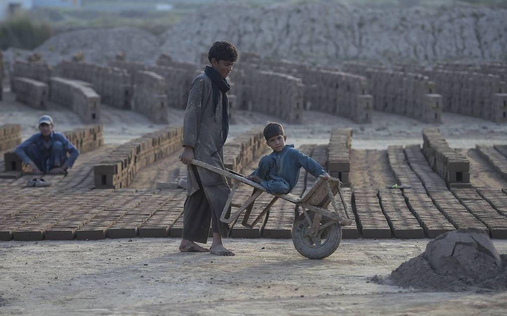 Veel Pakistaanse christenen doen ongeschoold werk in een steenfabriek of zijn dagloner.beeld AFP, Farooq Naeem