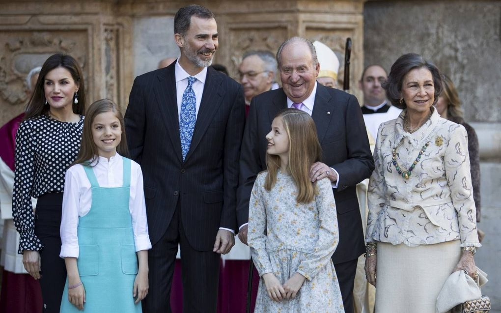 Het gezin van koning Felipe met zijn ouders. V.l.n.r.: Letizia, Sofia, Felipe, Leonor, Juan Carlos en Sofia.beeld AFP, Jaime Reina
