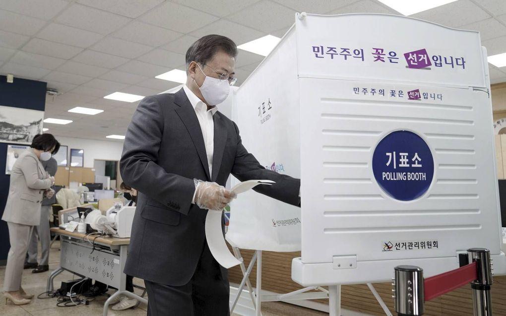 De Zuid-Koreaanse president Moon Jae-in bracht dinsdag al zijn stem uit voor de verkiezingen die officieel pas morgen beginnen. De stemming is een vertrouwenspeiling voor zijn beleid. beeld AFP