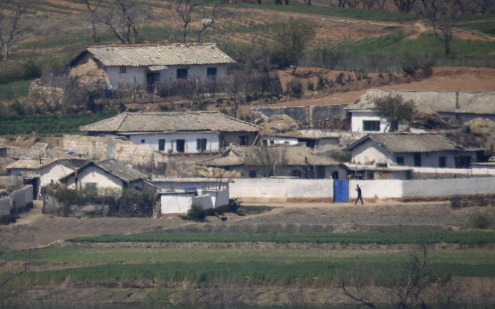 Zicht op het Noord-Koreaanse platteland bij Kaesong, gezien vanaf de gedemilitariseerde zone tussen Noord- en Zuid-Korea. Miljoenen Noord-Koreanen hebben structureel tekort aan voedsel.beeld AFP, Ed Jones