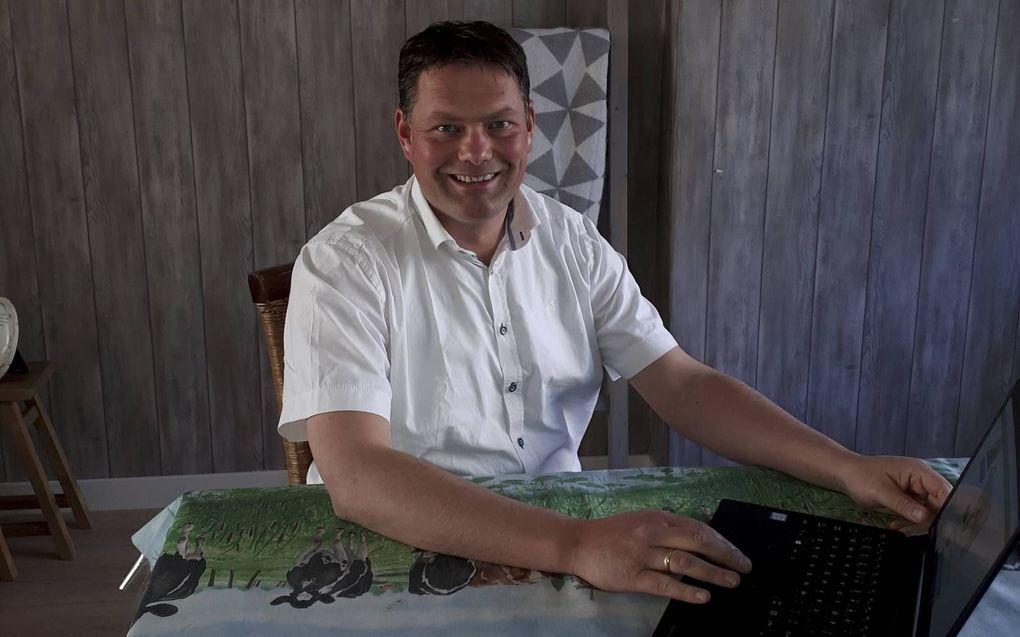 Teus Bleijenberg werkt thuis op verschillende plekken. Aan het tafelkleed is zijn passie voor koeien en natuur duidelijk af te lezen.beeld Naomi Bleijenberg