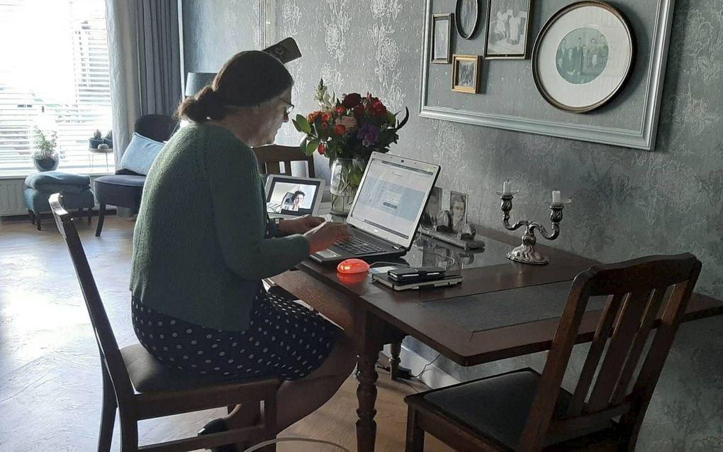 Janie de Jong thuis aan het werk aan de eettafel. beeld Janie de Jong